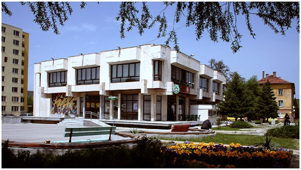 Младежки дом Мошино